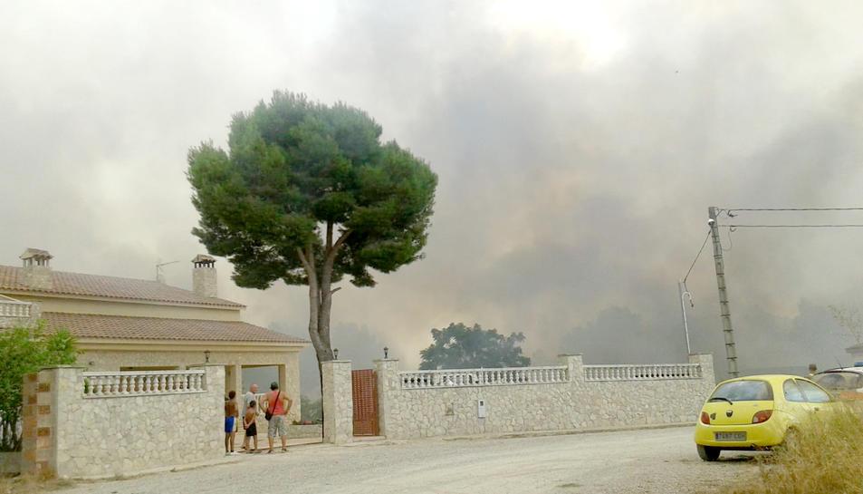 Els veïns de la urbanització van veure com el foc era a prop de les seves residències.