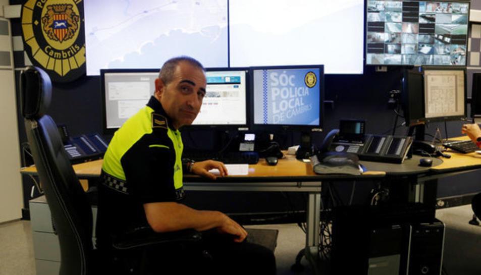 El sots-cap de la Policia Local de Cambrils, Manel Muñoz, a la sala de control de la comissaria.