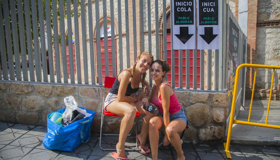L'Alba i l'Ainoa, de 18 anys, les dues de Barcelona, fan cua des del passat divendres.