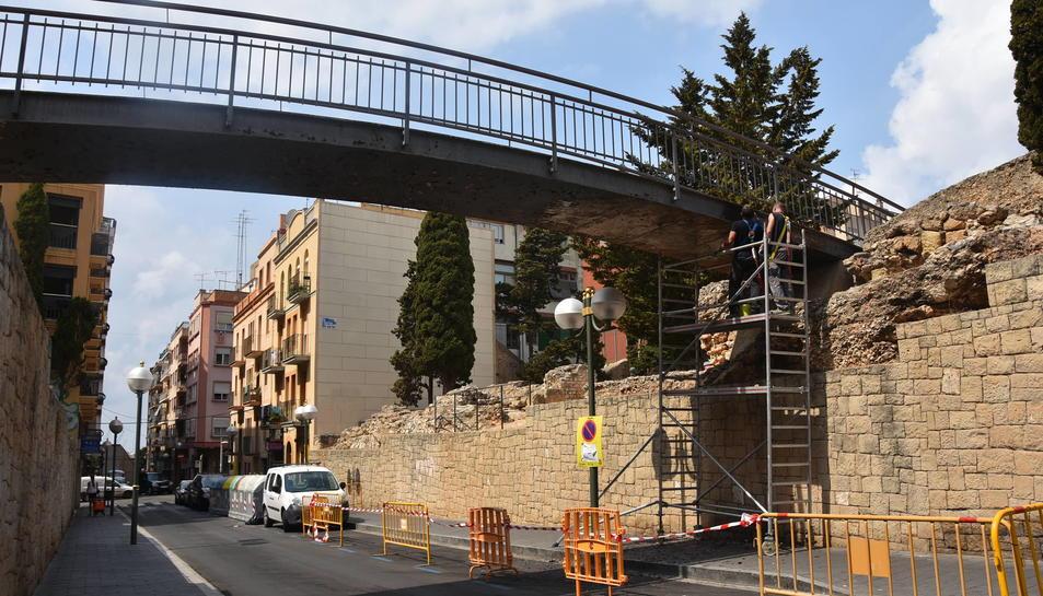 Durant aquesta setmana s'està retirant la pintura i l'òxid acumulat en la passarel·la i, a continuació, es pintarà de nou.
