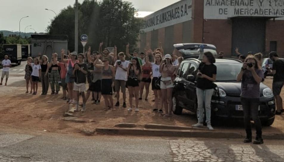 Activistes davant l'escorxador d'OsVaca Carns a Sabadell.