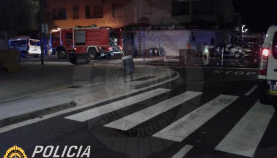 Imatge de Bombers i Policia Local personats al lloc dels fets.