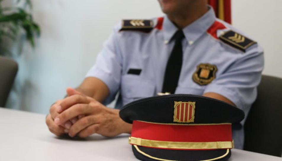 Primer pla de la gorra del cap de la Unitat de Radicalitzacions dels Mossos d'Esquadra.