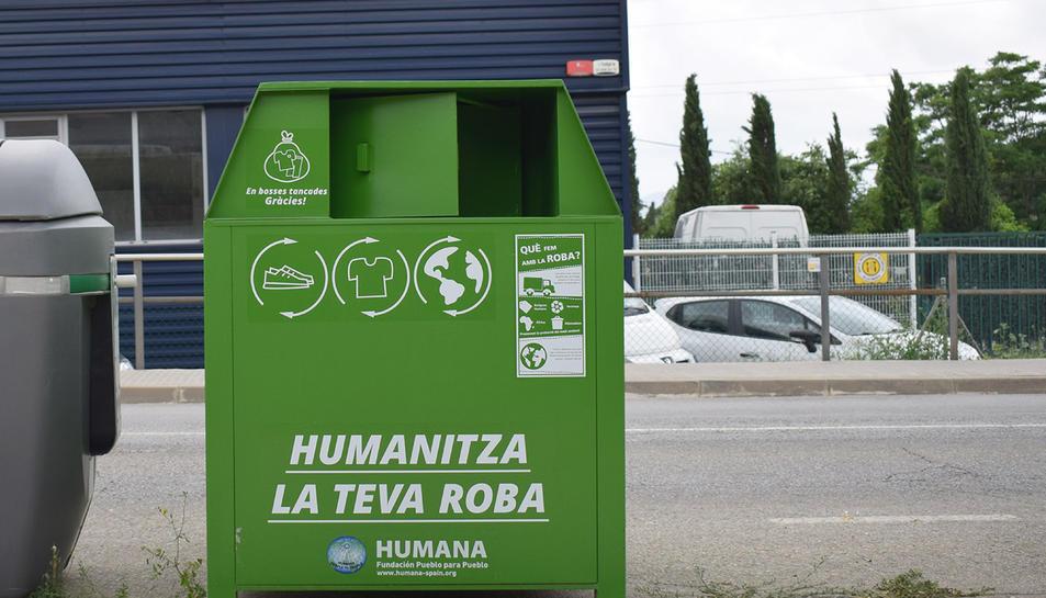 Imatge d'un dels contenidors de roba de la Fundació Humana.