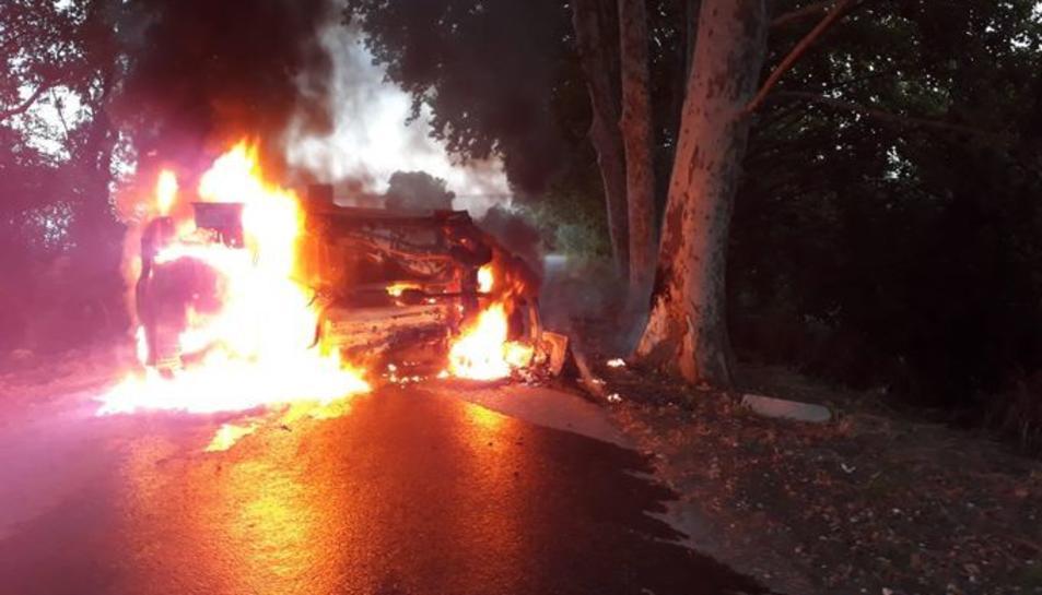 El cotxe va cremar i va quedar totalment calcinat.