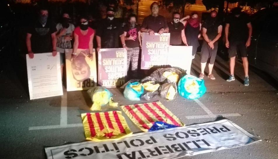 Imatge d'una acció de 'neteja' de llaços grocs i símbols independentistes d'un grup de Resistència Alta Tabarnia.