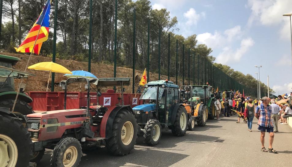 Els tractors, estacionats a Mas d'Enric.