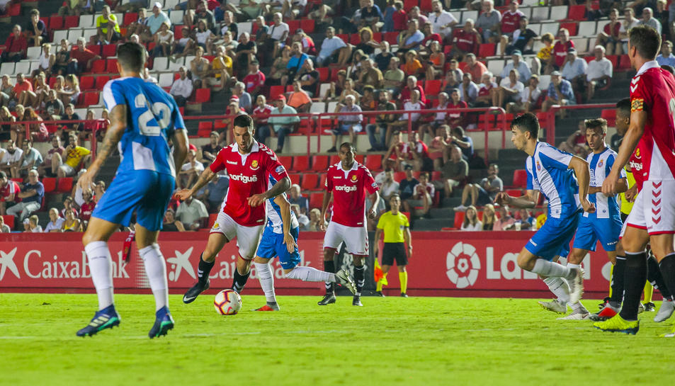 Tete Morente inicia una de les múltiples jugades per l'esquerra que va protagonitzar contra l'Espanyol.