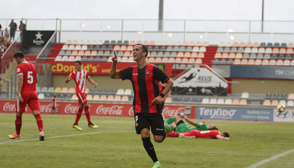 Miguel Linares celebra molt content el gol anotat, que li va servir al seu equip per fer-se amb el triomf.