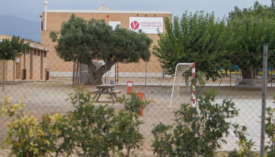 La tanca que anuncia la ubicació del centre ja lluïa la variació.