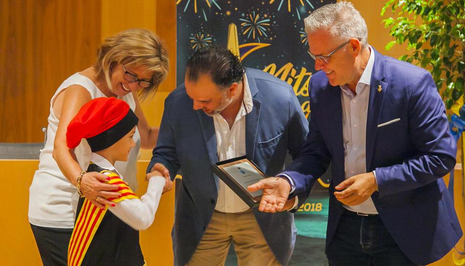 L'hereu de Salou entrega una placa commemorativa a Fernando de Yarza, sota l'atenta mirada de la regidora Maria José Rodríguez i l'alcalde, Pere Granados.