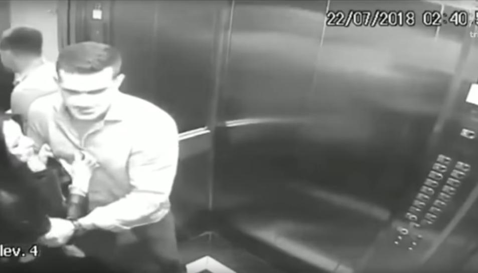 Imatge de l'agressor forçant la víctima a entrar a l'ascensor.