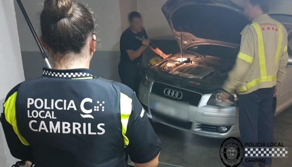 La Policia Local i els Bombers van rescatar al felí, el qual havia quedat atrapat a l'interior del motor d'un vehicle.