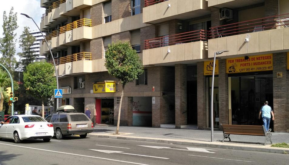 El carrer compta amb punts de llum led a dues alçades: 8 i 4 metres.