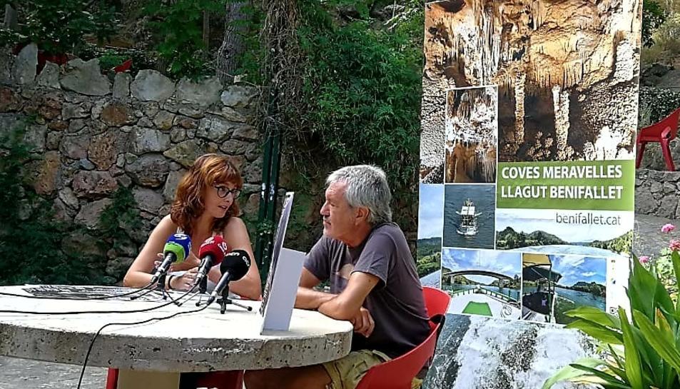 La regidora de Turisme de Benifallet, Sílvia Folqué i el cantant dels Quicos, Artur Gaya.