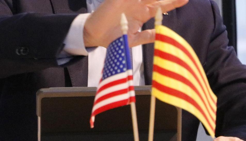 Les banderes dels Estats Units i Catalunya, a sobre una taula de l'antiga delegació del Govern als Estats Units.