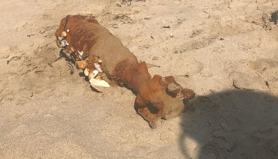 Imatge del projectil que s'ha trobat a la platja Llarga.