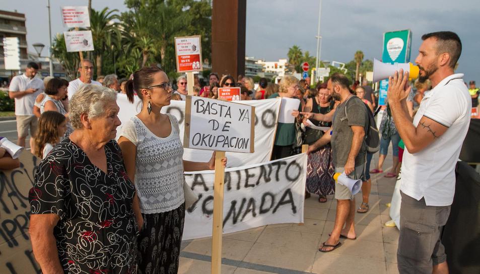 Els veïns van concentrar-se ahir al port del municipi per fer visibles les seves reivindicacions.