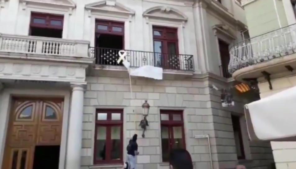 Captura del vídeo que Ciutadans ha fet públic amb l'acció a la plaça Mercadal.