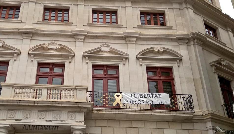 Imatge de la pancarta «llibertat presos polítics» a l'Ajuntament de Reus.