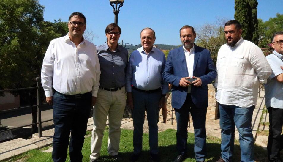 Pla general de José Luis Ábalos amb Salvador Illa i altres càrrecs del PSC.
