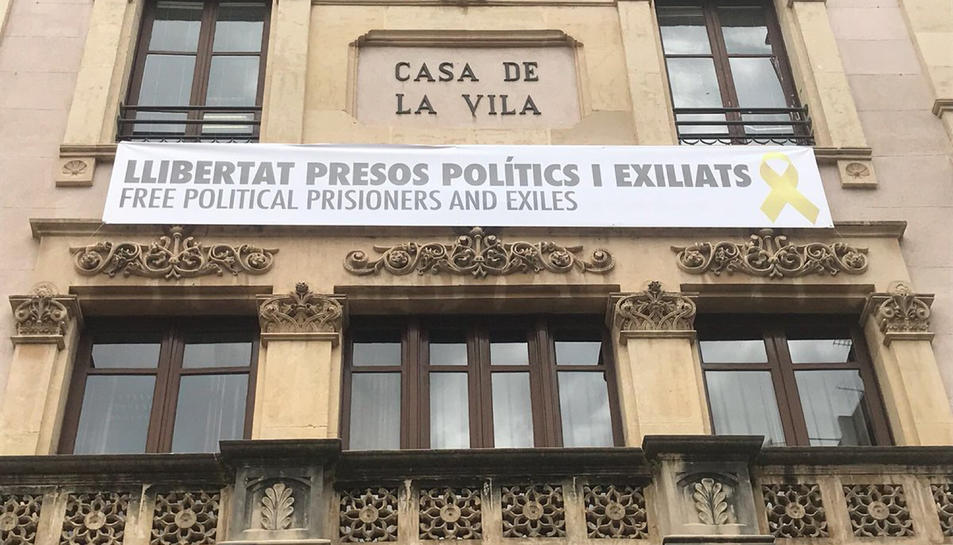 Façana de l'Ajuntament de Valls amb una pancarta per la llibertat dels presos a la façana.