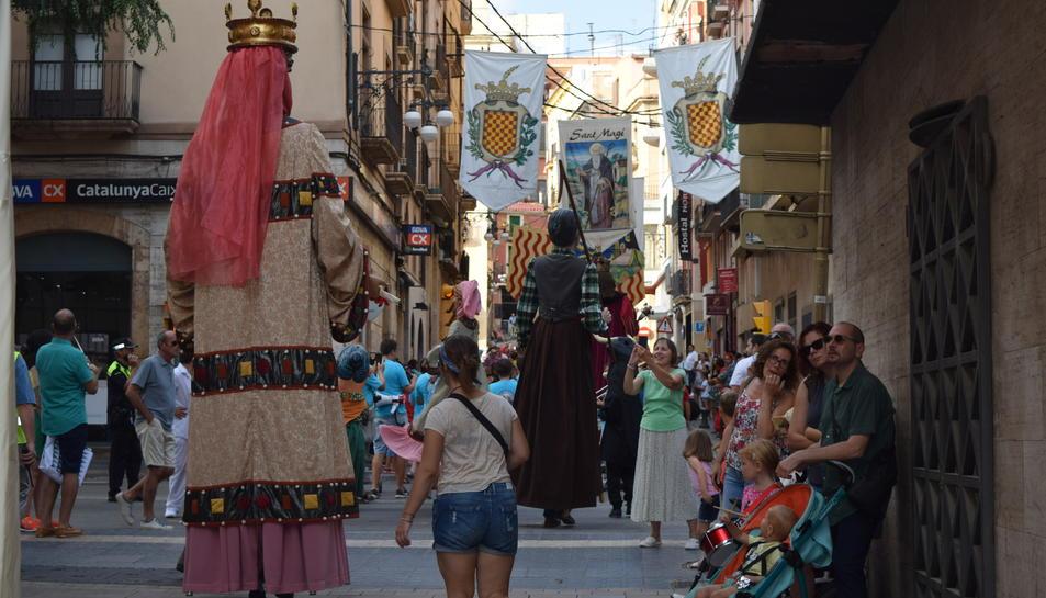 Els gegants enfilant-se cap a la Part Alta de Tarragona