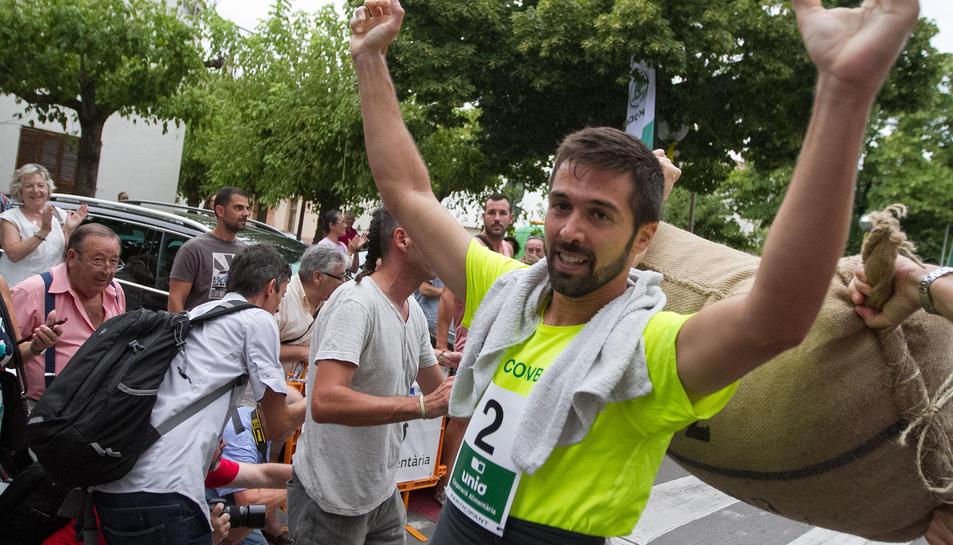 El vallenc Rubén Guillén celebrant la seva victòria, ahir, just al final de la cursa de Riudoms.