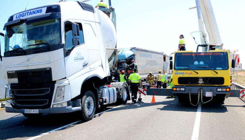 Bombers i equips d'emergències treballant en el rescat del cost de la víctima mortal de l'accident de la N-340 a Vinaròs, que ha quedat atrapada a la cabina del camió. Imatge d'arxiu.