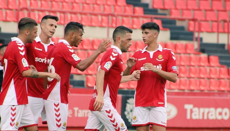Els jugadors del Nàstic celebren un dels gols contra l'Ascó.