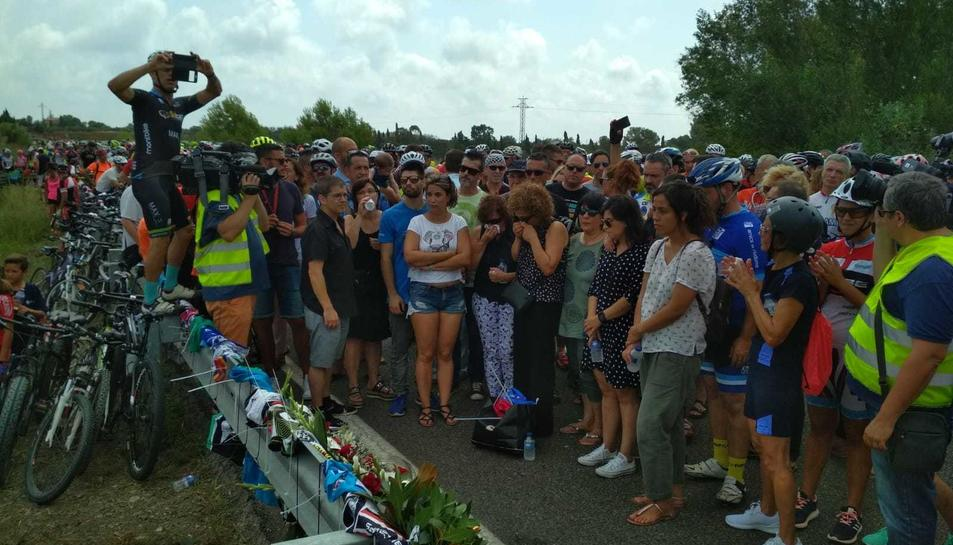 Els familiars i ciclistes recordant les víctimes