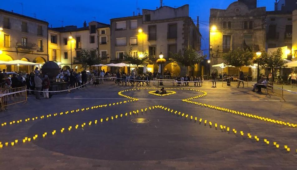 Un gran llaç groc va presidir la Plaça Major de Prades.