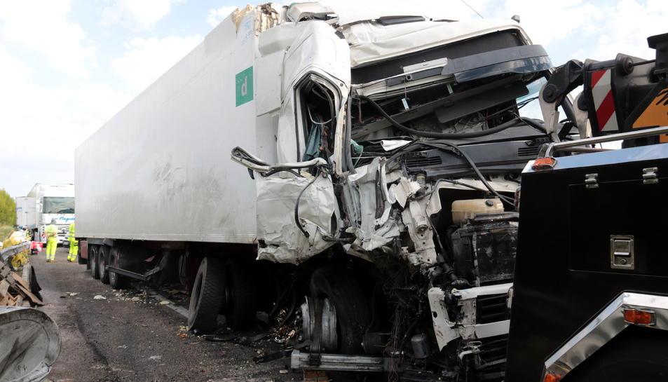 Imatge d'un dels camions implicats en l'accident a l'A-2, a Ribera d'Ondara.