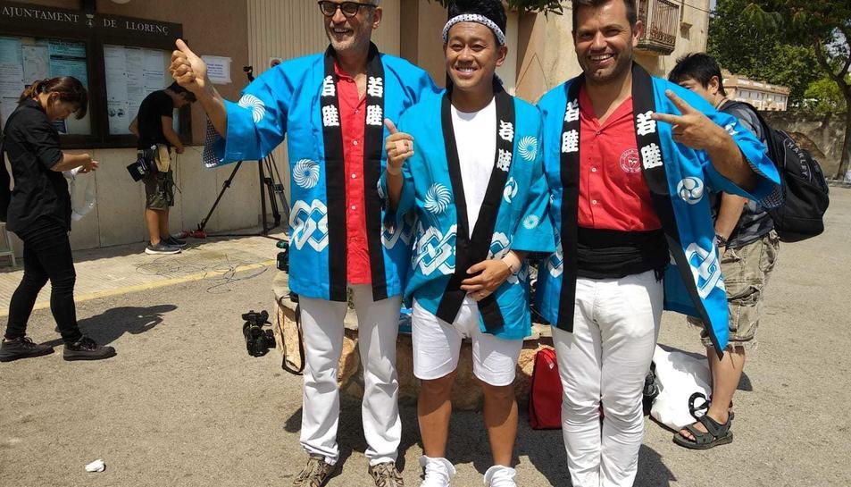 El presentador Miyagawa Daisuke, junt al president i al cap de colla de la Joves de Valls.