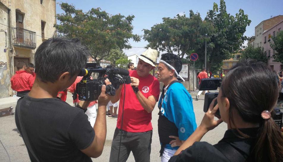 Els càmaeres nipons han enregistrat tots els passos del presentador Miyagawa Daisuke dins la colla castellera.