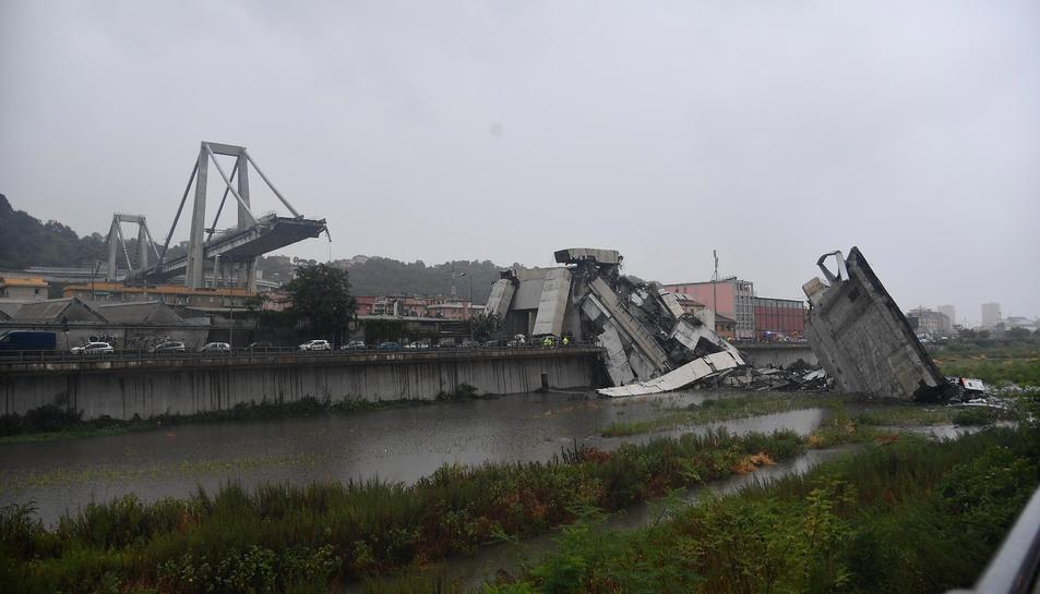 Esfondrament del tram d'un pont en una autopista a Gènova.