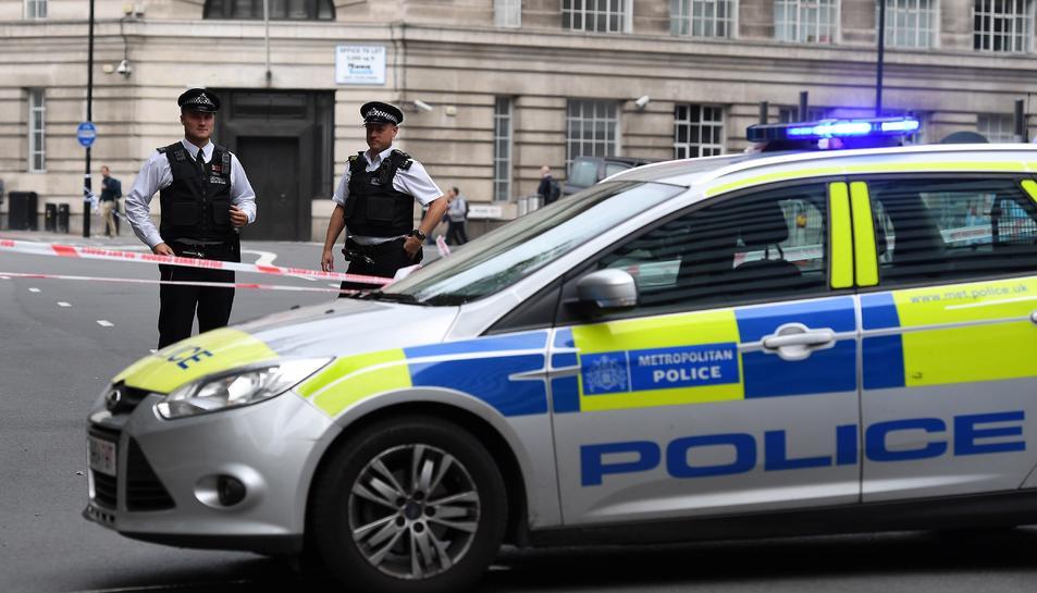 Agents de la Policia posen un perímetre de seguretat al Parlament britànic a Londres.