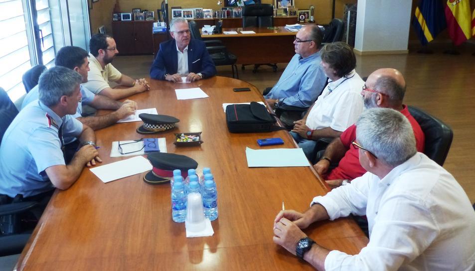 L'alcalde de Salou, Pere Granados, durant la reunió amb els cossos de seguretat, els responsables d'Urbaser-Nordvert i els regidors de seguretat.