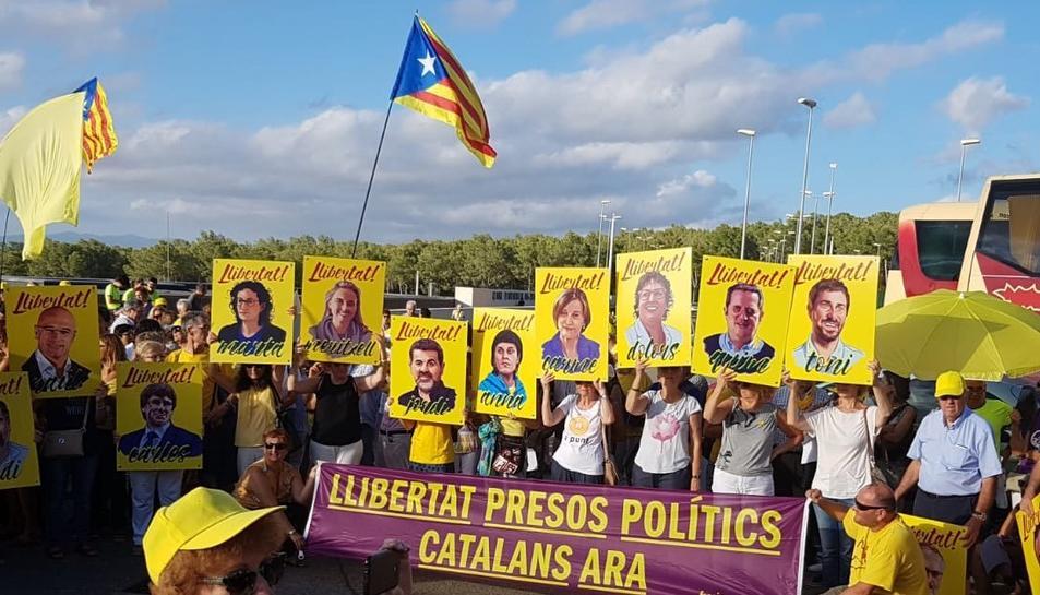 Els concentrats han exhibit cartells amb les cares dels polítics empresonats i/o exiliats.