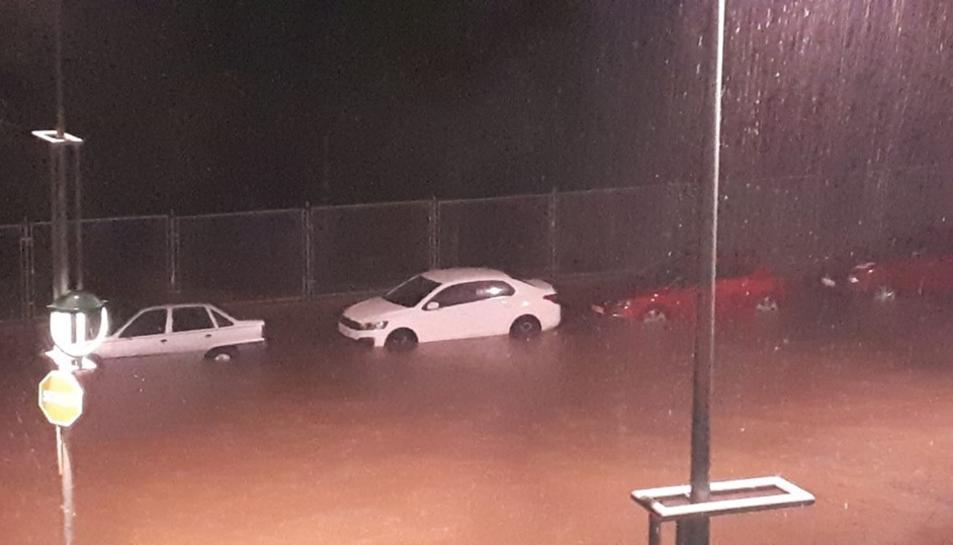 Un carrer del barri de Sant Pere i Sant Pau, inundat per la pluja.