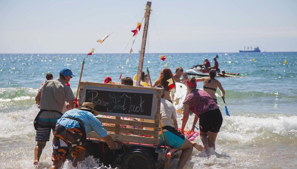 La 9a Travessa d'Andròmines ha tingut lloc aquest dimecres 15 d'agost a la platja del Miracle