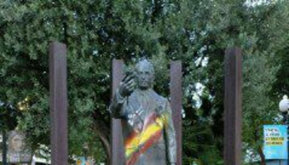 Imatge de l'estàtua de Lluís Companys pintada amb banderes espanyoles.