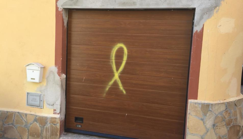 Els llaços s'han pintat en vehicles i cases de veïns.