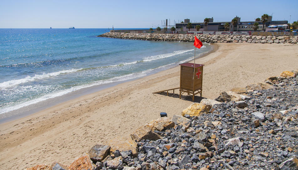 El bany a la platja del Miracle està prohibit des d'ahir dimarts.