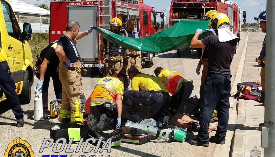 Els serveis d'emergències van treballar al lloc per intentar salvar la vida a l'home.