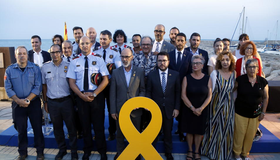 Imatge dels representants del Govern i de l'Ajuntament d'Alcanar amb totes les persones i representants d'institucions homenatjades.