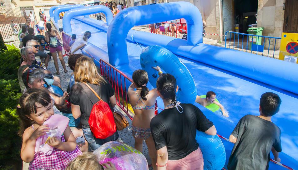 Centenars de nens s'han llençat amb els seus flotadors per la baixada de la Pescateria.