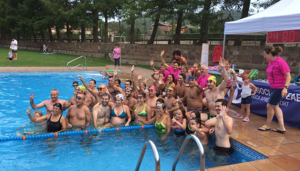 Uns cinquanta nedadors van participar a les '24 Hores Solidàries de Natació'.