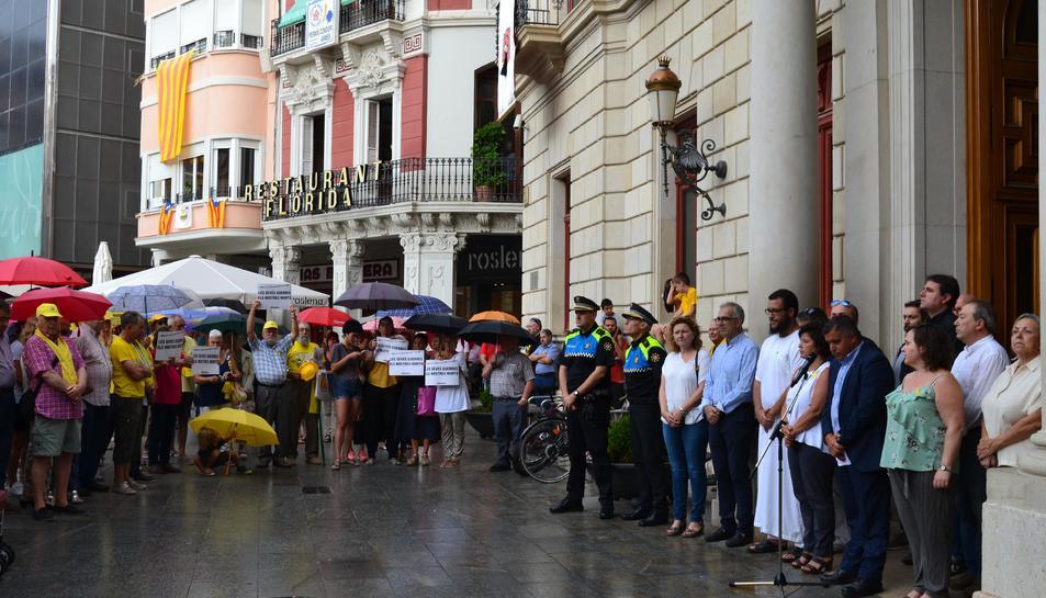 Minuts de silenci als ajuntaments tarragonins en record a les víctimes dels atemptats de Barcelona i Cambrils