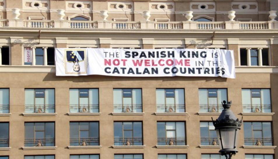 Pancarta contra el Rei penjada a la plaça de Catalunya.
